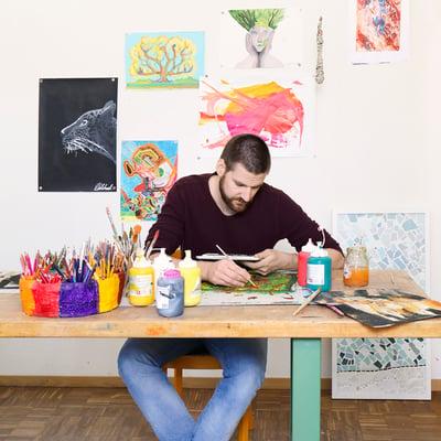 Mann beim Malen