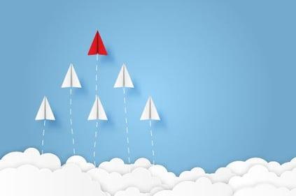 Wolken und Papierflieger